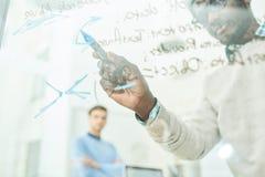 IT Team Writing op Glas in Bureau royalty-vrije stock afbeeldingen