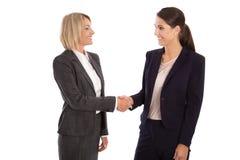 Team: Zwei lokalisierte Geschäftsfrau, welche die Hände tragen Geschäft rüttelt Lizenzfreie Stockfotos