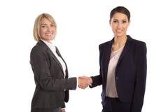 Team: Zwei lokalisierte Geschäftsfrau, welche die Hände tragen Geschäft rüttelt Lizenzfreies Stockfoto