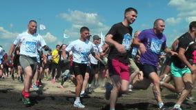 Teamanfang im Langlaufrennen Tyumen stock footage