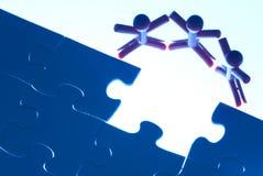 Teamarbeit über das Lösen des Puzzlespielproblems Stockbild