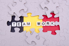Teamarbeit über Puzzlespiel Stockbild