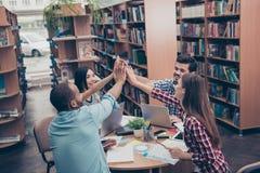 Teamarbeit ist ein Erfolg! Konzeption des erfolgreichen Teambuildings f stockfotografie