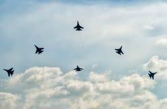 Teamarbeit von russischen Rittern der Kämpfer SU-27 Stockfotografie