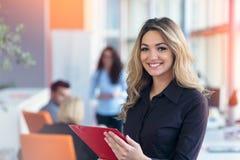 Teamarbeitsdiskussion Junge Frau mit Papierordner stockfotos