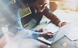 Teamarbeitsprozess Junge Geschäftsmannschaft des Fotos, die mit neuem Startprojektlaptop arbeitet Projektleitertreffen analyze Lizenzfreie Stockfotos