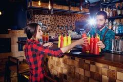 Teamare бармена и кельнера работая совместно на баре Стоковое Изображение