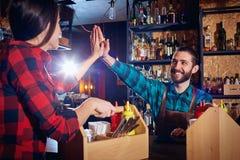 Teamare бармена и кельнера работая совместно на баре Стоковая Фотография