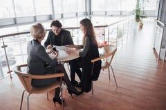 Teambaan succes Foto jonge bedrijfsleiders die met nieuw startproject in bureau werken Analyseer document, plannen stock foto's