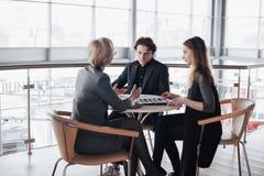 Teambaan succes Foto jonge bedrijfsleiders die met nieuw startproject in bureau werken Analyseer document, plannen royalty-vrije stock fotografie