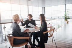 Teambaan succes Foto jonge bedrijfsleiders die met nieuw startproject in bureau werken Analyseer document, plannen royalty-vrije stock foto's