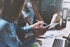 Teambaan succes Foto jonge bedrijfsleiders die met nieuw startproject in bureau werken Analyseer document, plannen royalty-vrije stock foto
