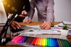 Teambesprechungs-Designkünstler des Designers grafischer Stockfotografie
