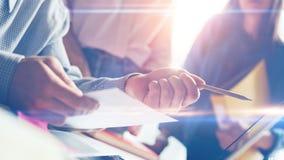 Teambesprechungsprozeß Diskussion des neuen Produktes Filmeffekt und Blendenfleckeffekt Stockfoto
