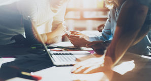 Teambrainstorming Bemanning die van foto de jonge creatieve managers met nieuw startproject in modern bureau werken Generisch ont stock foto