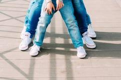 Teambuilding, τρία ζευγάρια των ποδιών στα ίδια παπούτσια και τζιν επάνω Στοκ φωτογραφίες με δικαίωμα ελεύθερης χρήσης