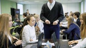 Teambuilding no seminário do negócio Meninos e meninas para discutir um plano de ação Criação uma equipe nova do negócio novo filme