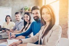 Teambuildingsconcept Sluit omhoog geconcentreerde foto van vijf vrolijke su royalty-vrije stock fotografie