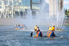Teamcompetities van 4 mensen op opblaasbare catamarans Stock Foto's
