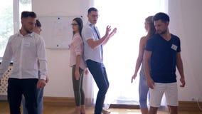 Teamentwicklung, junge Leute führen eine Übung zusammen und dann applaudiert auf Gruppentherapie durch stock video