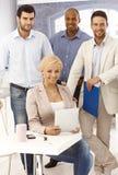 Teamfoto von überzeugten jungen Wirtschaftlern stockfotografie