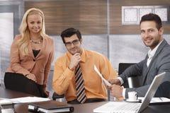 Teamfoto von jungen Wirtschaftlern lizenzfreie stockbilder