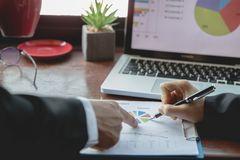 TeamGeschäftstreffendarstellung, Geschäftsleute, welche die Diagramme und die Diagramme zeigen die Ergebnisse ihres erfolgreichen stockbild