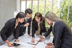 Teamgesch?fts-Arbeitstreffenraum im B?ro Teamarbeitskr?fte sprechen Unternehmensplan Geschäftsmann, der Kollegen an sich darstell lizenzfreies stockbild
