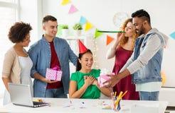 Teamgrußkollege an der Bürogeburtstagsfeier Lizenzfreies Stockbild