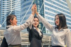 Teaming de mulheres do negócio acima e ter altamente cinco ao elogio acima do espírito de equipe imagem de stock