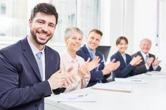Teamklatschen im Geschäftsseminar stockfotografie