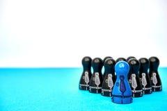 Teamleader mit seinem Team - mit copyspace Symbol für Führung mit Spielzahlen im blauen und schwarzen und gezogenen Anzug Lizenzfreies Stockfoto