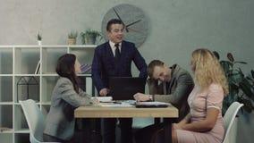 Teamleider die het werkresultaat bespreken met partners stock video