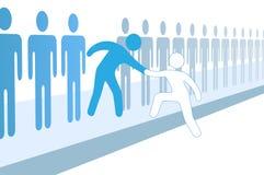 Teamleute-Hilfsneues Mitglied verbinden oben Stockfoto