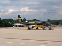 Teamluchtbus van BVB Dortmund, een Duits voetbalteam stock foto's