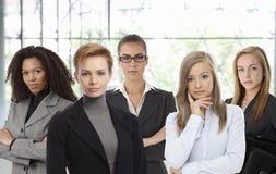 Überzeugte Geschäftsfrauen im Büro Lizenzfreie Stockbilder
