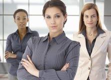 Teamportrait der glücklichen Geschäftsfrauen im Büro stockbilder