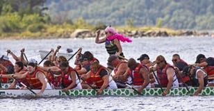 Teams des Drachebootes zwei zacken Schleife aus stockbild