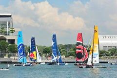 Teams, die an der extremen segelnden Reihe Singapur 2013 laufen Stockfoto