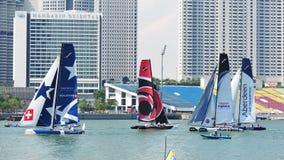 Teams, die an der extremen segelnden Reihe Singapur 2013 laufen Lizenzfreie Stockfotografie