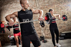 Teamtraining met gewichten stock foto