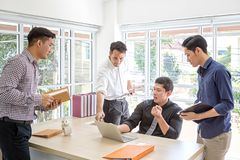 TeamUnternehmensplanungsinformationen bei der Sitzung Eine Gruppe Geschäftsleute treffen sich an einem Schreibtisch Geschäftsmänn stockfoto