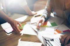 Teamvennootschap Foto jonge bedrijfsleiders die met nieuw startproject in bureau werken Analyseer document, plannen royalty-vrije stock afbeelding