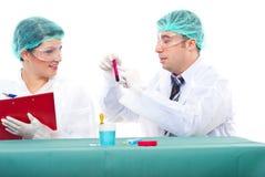 Teamwok dello scienziato in laboratorio Immagini Stock Libere da Diritti