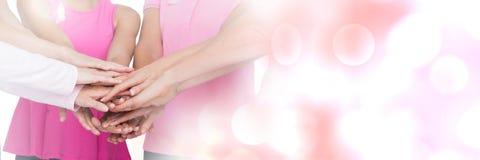 Teamworkövergång med rosa kvinnor som sammanfogar händer Royaltyfria Foton
