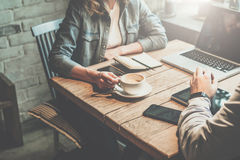 Teamwork Affärsman- och affärskvinnasammanträde på tabellen i coffee shop och diskuterar affärsplan Arkivfoto