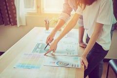 Teamwork analyserar arbetsstrategier Att att finna den bästa vägen att växa ett företag arkivbild
