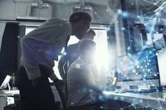Teamwork arbetar med en dator Begrepp av den internetatt dela och sammankopplingen dubbel exponering royaltyfria bilder