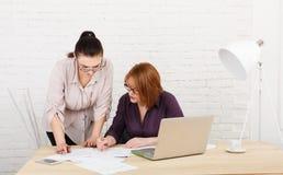 teamwork As mulheres discutem o projeto no escritório Imagem de Stock Royalty Free