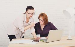 teamwork As mulheres discutem o projeto no escritório Fotos de Stock Royalty Free